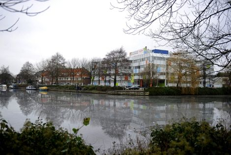 De Haven van Heemstede met zicht op de Havenstraat (naar links richting Heemsteedse Dreef en rechts de Kanaalweg. In het midden vm. kantoorgebouw Ziekenfonds Spaarneland, nu Touchdown Center.