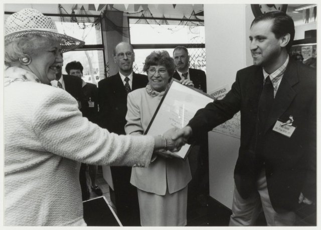 De firma Heems ontvangt het predikaat van Hofleverancier in 1997, links burgemeester N.H.van den Broek-Laman Trip