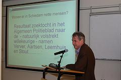 Eric Hennekam, op deze foto in actie in het gemeentearchief Schiedam staat aan de basis van de site archieven.org met archiefzoeker.nl. (een databank voor het zoeken naar personen en documenten).