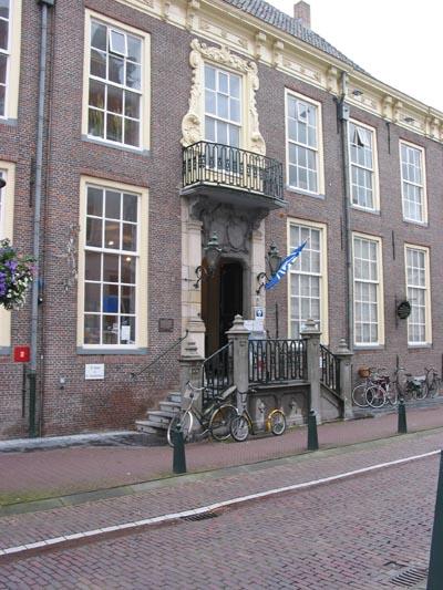 Het gemeentearchief bevindt zich in het gemeentehuis van Hulst. In het 17e eeuwse Landshuis (foto) is de leeszaal gevestigd.