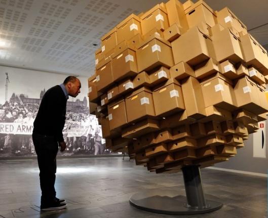 Display archiefdozen in hal van IISG Amsterdam