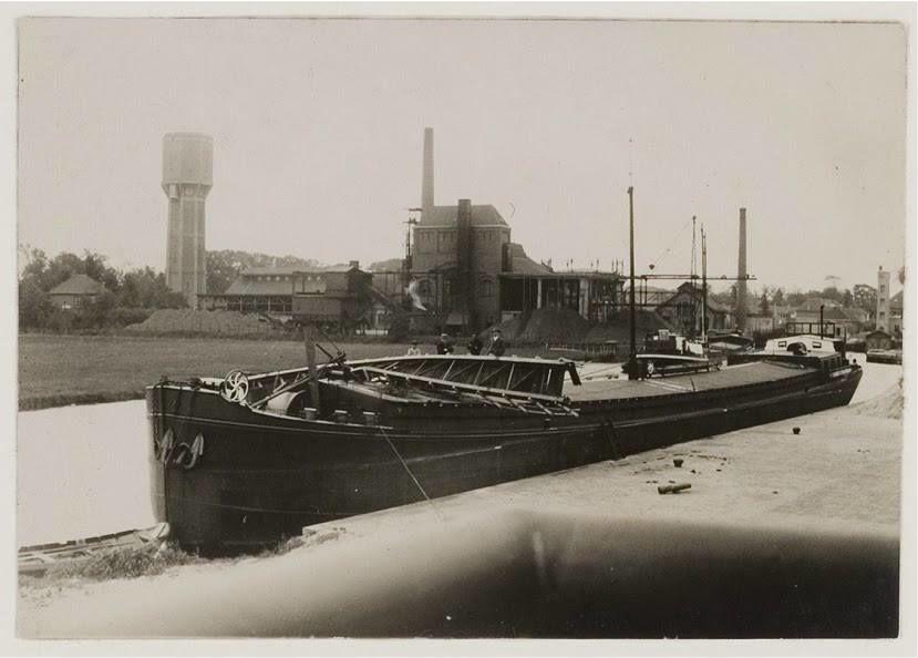 Heemsteeds Kanaal en haven met zicht op watertoren en bedrijventerrein, 1958 (Bert van Vork)