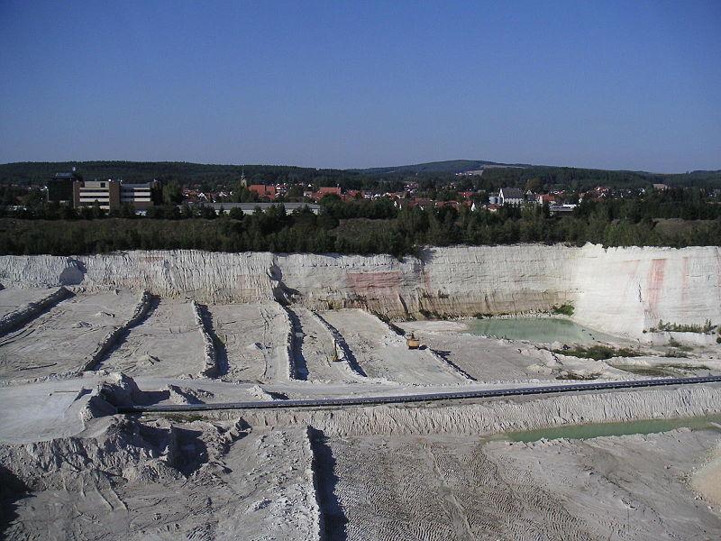 Een kaolin-mijn met op de achtergrond de plaats Hirschau in de Duitse deelstaat Tübingen. Kaolin werd als grondstof gebruikt door Nefabas.