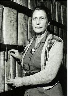 Potret van Gerda H.Kurtz (1899-1989). Zij was van 1936 (toen de Janskerk als archief is ingericht) tot 1964 gemeentearchivaresse van Haarlem. Was woonachtig in Heemstede en publiceerde o.a. over Kenau Simonsdr. Hasselaer