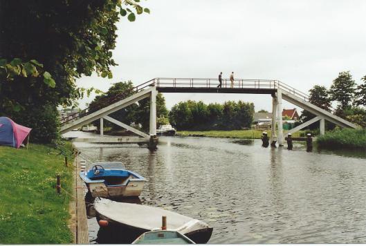 De kwakel die Hageveld met de Mozartkade verbindt voor voetgangers en personen met een fiets aan de hand (foto Vic Klep).