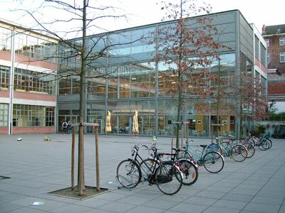 In gebouw Tweebronnen in het centrum van Leuven zijn zowel de stadsbibliotheek als het stadsarchief gehuisvest. [In tegenstelling tot de Universiteitsbibliotheek bleef het stadsarchief - destijds gevestigd in het stadhuis- zowel tijdens WO1 als WO11 gespaard.