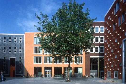 Plein Mariënburg in Nijmegen met links het archief- en rechts daarvan het bibliotheekgebouw