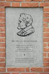 Marmeren plaquette met portret van J.C.Overvoorde, gemeentearchivaris van Leiden van 1901-1930., aangebracht bij het gebouw van Erfgoed Leiden en Omstreken (ELO), voorheen gemeentearchief, in 2002.