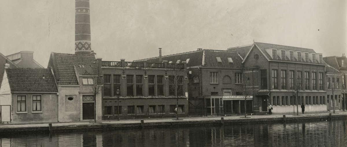 Rubber- en asbestfabriek van Gebroeders Merens aan het Zuider Buitenspaarne in Haarlem op een foto uit 1930