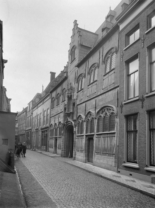 Voorgevel van het vroegere archiefgebouw aan de Lange Sint Pieterstraat (1914)