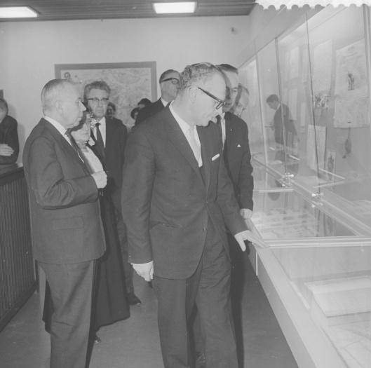 Als het begin van een algehele vernieuwing van alle rijksarchieven in Nederland opende minister mr. Maarten Vrolijk (rechts op de foto) op 27 januari 1966 het vernieuwde rijksarchief van Zeeland in Middelburg