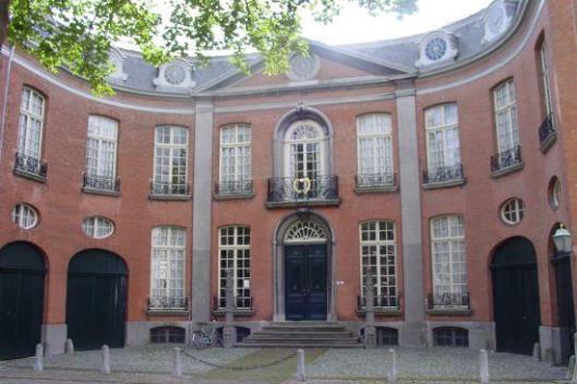 Middelburg: Zeeuws Archief is ontstaan door samengaan van het Rijksarchief in Zeeland en de stadsarchieven van Middelburg en Veere. Gesitueerd in en naast het patricische Van de Perrehuis, een stadspaleis daterend uit 1766