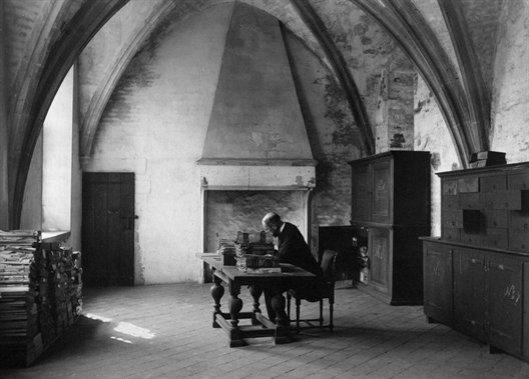 Samuel Muller werkend in de archieven van de Dom van Utrecht in 1901
