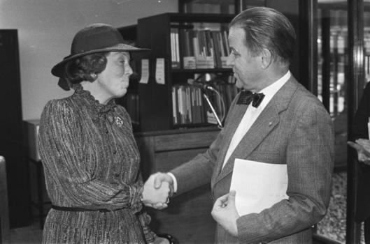 Rijhksarchivaris mr. A.E.M. (Ton) Ribberink (2013 overleden) begroet koningin Beatrix in 1980 bij de opening van het nieuwe archiefgebouw in Den Haag.