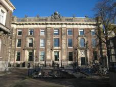 Plein 23 in Den Haag. Eerste residentie van koningin Sophie en Willem III. Het gebouw heeft van 1854 tot 1913 gefungeerd als rijksarchief.