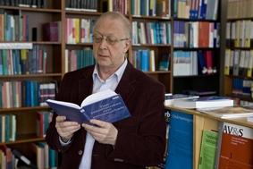 In Nederland heeft mr.dr.R.F. (Bob) Ruers (geb. 1947), advocaat en SP-politicus, zich als geen ander ingezet voor asbestslachtoffers. Hij voerde schadeclaimprocessenvoor honderden oud-werknemers van Eternit, die als gevolg van blootstelling aan asbest ziek zijn geworden.