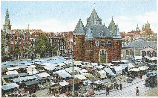 Het Waaggebouw op de Nieuwmarkt deed aanvankelijk dienst als Sint-Anthoniespoort en fungeerde in 19e eeuw als bewaarplaats voor het stadsarchief