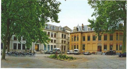 Rechts het voormalig kantongerecht en links de vm. arrondissementsrechtbank in Utrecht, tegenwoordig stadsarchief Utrecht, tevens gevestigd in de daarachter gelegen vroegere Benedictijnerabdij Sint Paulus, waar thans een fraaie tentoonstellingsruimte is ingericht door het Utrechtse archief.