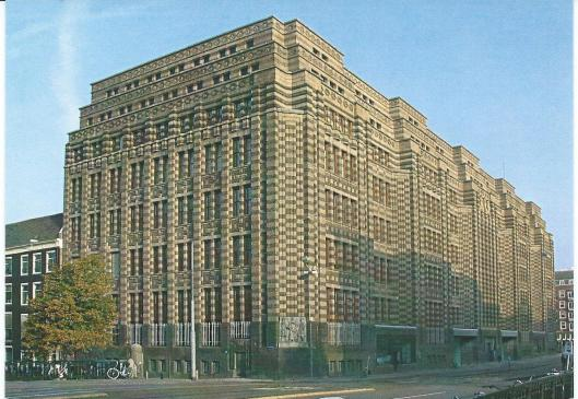 De huidige huisvesting van het Stadsarchief Amsterdam. Gebouwd voor de Nederlandsche Handelmaatschappij (later bankgebouw) onder architectuur van K.P.C.de Bazel (1869-1923). Het gebouw, gelegen aan de Vijzelstraat, heette oorspronkelijk De Spekkoek, tegenwoordig De Bazel, naar de architect.