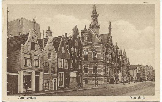 Gebouw met torentje, oorspronkelijk gebouwd als het raadhuis van Nieuwer Amstel aan de Amsteldijk, fungeerde tot de verhuizing naar gebouw De Bazel als gemeentearchief van Amsterdam