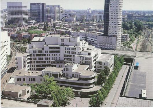 Gebouw aan de Prins Willem-Alexanderhof 20-30 te Den Haag, waarin het Nationaal Archief [Algemeen Rijksarchief], het Centraal Bureau voor Genealogie en enkele andere instellingen zijn gevestigd, tussen het Centraal Station en de Koninklijke Bibliotheek