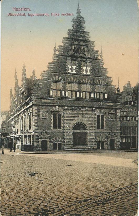 De Vleeschhal aan de Grote Markt te Haarlem in de periode dat gebouw als rijksarchief fungeerde