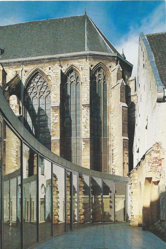 Koor van de Minderbroeders- ofwel Franciscanerkerk in Maastricht, 14e eeuw, de Commandantswoning,18e eeuw met restant van de middeleeuwse kruisgang en de koffiekamer van het Rijksarchief in Limburg (Oerlemans van Reeken studio)