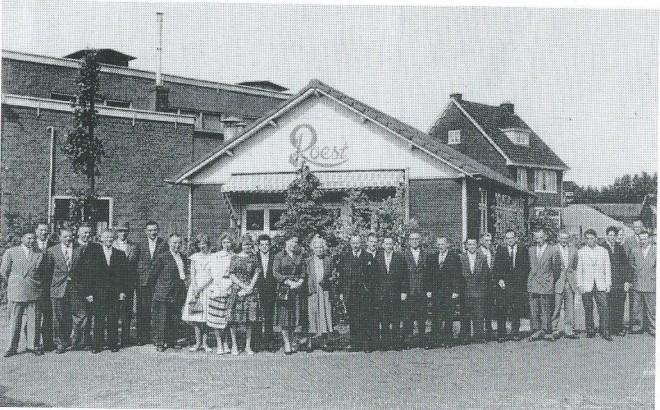 Het personeel verzameld voor het pluimveebedrijf J.Roest aan de Kanaalweg in Heemstede. In het verleden een begrip. De reclameleus luidde 'Door roest tot goud'. De firma is overgegaan naar J. W.Lenderink uit de Bosboom Toussaintlaan 63 en na diens overlijden in 1953 naar diens dochter. Ten slotte opgegaan in Bertels' veevoeder uit Amsterdam. Op deze foto staat in het midden mevrouw Bertels, rechts haar echtgenoot en links van het echtpaar hun dochter. Op de achtergrond is het huis van zand- en transportbedrijf J.L.de Jong zichtbaar.
