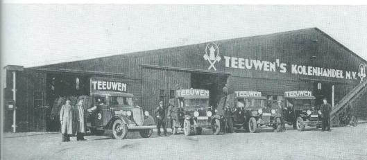 Gesticht in 1897 door G.Teeuwen in een pand aan de Voorweg groeide Teeuwen's kolenhandel, later ook met olie: brandstoffenhandel genoemd tot een florerende firma totdat tengevolge van het aardgas de teloorgang volgde. Bij een grote brand in 1948 ging de loods bij de haven verloren en werd deze herbouwd. Op deze foto uit 1937 zien we van links naar rechts: directeuren Henk en Gerrit Teeuwen, Jan v.d.Putten (in auto),, Henk Vos, J.W.C.Landwehr, L.v.d.Putten, Henk Broekhoff en Arie Vos. Op deze plaats is het in utiliteitsbouw opgetrokken kantoor van ziekenfonds Spaarneland opgetrokken.