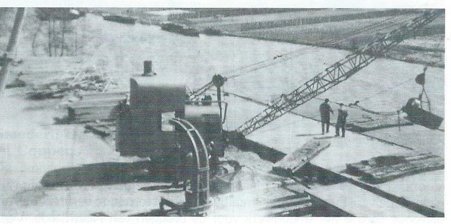 Kade aan de Kanaalweg waar draglines van het Grondverzetbedrijf de Cycloop per schuit zijn aangevoerd voor reparatie bij de machinefabriek van De Groot & Coppens.