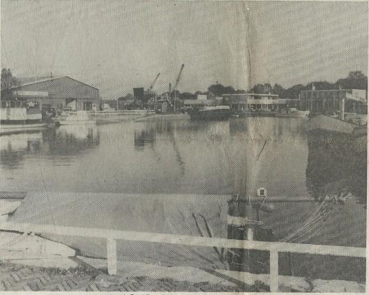 Een blik op de haven in 1979 met links de loodsen van brandstoffenhandel Teeuwen.