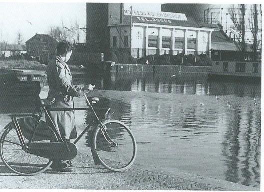 Van de ooit vijf brandstoffenhandelaren in Heemstede: Teeuwen, Heemsteeds Kolenbedrijf, Gijs de Rooy, D.de Graaf en Zwarter wist enkel laatstgenoemde zich tot op heden te handhaven. Op deze foto zien we aan de overzijde van de haven, nabij de vroegere gasfabriek het Heemsteeds Kolenbedrijf.