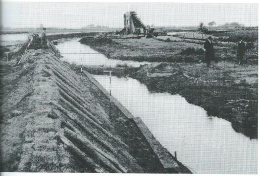 Na de eerste voorbereidingen is het Heemsteeds Kanaal in 1916 aangelegd van het Spaarne naar de toenmalige Gasfabriek, met kwakel ofwel voetbrug tegenover Hageveld. In 1921-1922 volgde de Haven.