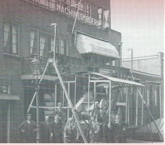 Het personeel van De Groot en Coppens Huis- en Machinesmederij voor het pand aan de Kanaalweg