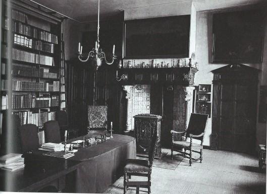 Kamer van de genmeentearchivaris C.J.Gonnet omstreeks 1900 in het stadhuis omstreeks 1900, tevens fungerend als studiezaal. De schouw was door zijn voorganger A.J.Enschedé aangebracht en is later verwijderd (W.Cerutti, Het stadhuis van Haarlem)