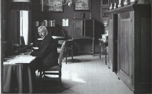 Gemeentearchivaris H.E.Kanppert, die in 1916 jhr.H.H.Röell is opgevolgd, in zijn werkkamer boven de westelijke kloostergang van het stadhuis, 1928
