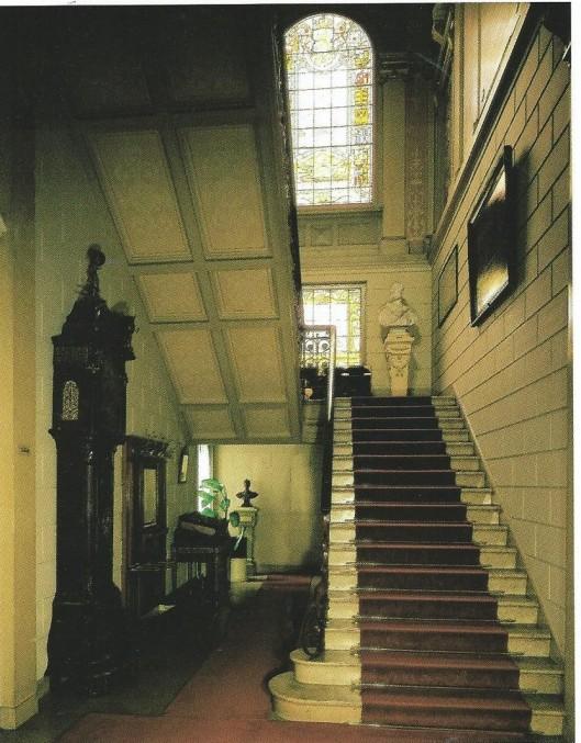 Vestibule met hoofdtrap in het Koninklijk Huisarchief te 's-Gravenhage