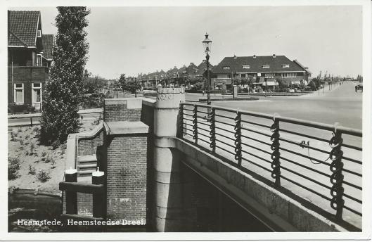 Oude ansichtkaart van de Zandvaartbrug aan de Heemsteedse Dreef met fraai hekwerk van De Groot & Coppens.