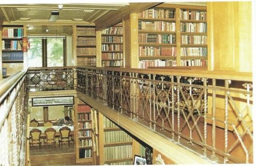 Bibliotheek gezien vanaf de galerij in het Koninklijk Huisarchief te 's-Gravenhage.