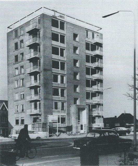 Het hoge flatgebouw aan d Heemsteedse Dreef en de hoek Jacob van Cmpenstraat bestaande uir 16 koopflats in acht woonlagen.Ontworpen door architect K./K.Anstoot uit Overveen.