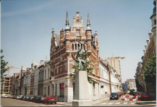 Rijksarchief Antwerpen, Verstraeteplein (+ standbeeldje jong meisje)