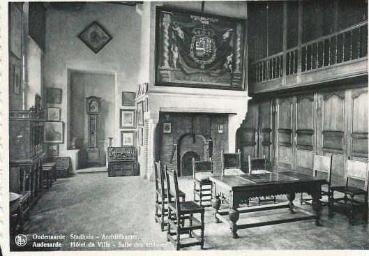Prentbriefkaart van archiefkamer in stadhuis van Oudenaarde