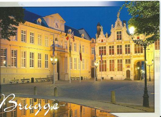 Nog een ansichtkaart van het stadsarchief Brugge bij avond,