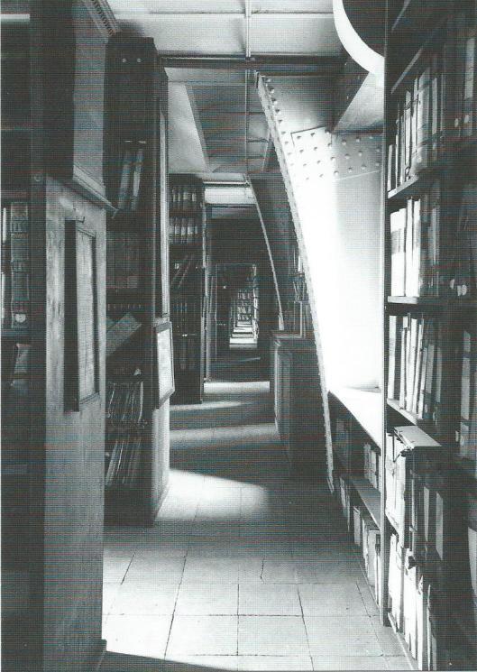 Archiefrekken op de hoogste verdieping van stadhuis Antwerpen. De archieven werden op een gegeven moment zo omvangrijk dat ze ook russen de gebinten werden gezet. Op de foto is de overkapping van de aanvankelijk open binnenkoer te zien.