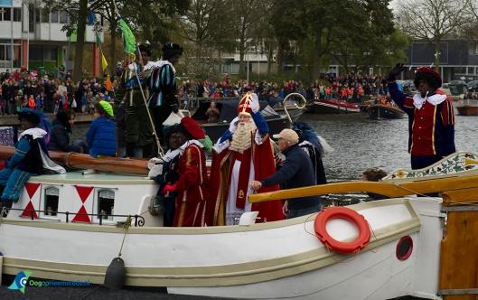 Sinterklaas komt via het Heemsteedse Kanaal en de Haven aan in Heemstede, 14 november 2015 (foto Ellen Toledo)