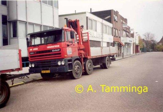 Foto met gezicht op groothandel textiel/stoffen van Paul Junior, Kanaalweg 2a, en een vrachtwagen van De Jong transport. (Foto van A.Tamminga uit 1992 of 1993).