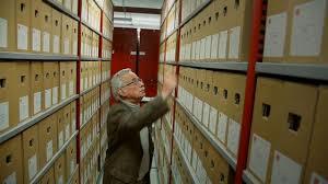 Drs. Jaap Temminck, sinds 1966 werkzaam in het Haarlems archief en vanaf 1973 als gemeente-archivaris is hoofdpersoon in een filmpje dat ook op het internet staat: 'De archivaris on Vimeo'. Met Marian de Haan en de in 2008 overleden adj.archivaris dr.Florence Koorn heeft hij zo'n 30 jaar gewerkt aan een nieuwe inventarisatie van het Haarlemse archief, welke in 2013 is voltooid.