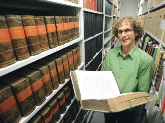Kijkje in het archief in Tholen in het nieuwe gemeentehuis (De Stem, foto Willem Mieras, 2009)