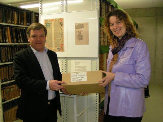 11 jjanuari 2009 droeg mw. Erna Winters, directeur van de bibliotheek Alkmaar het laatste deel van de 100-jarige bibliotheek over aan het Regionaal Archief Alkmaar.
