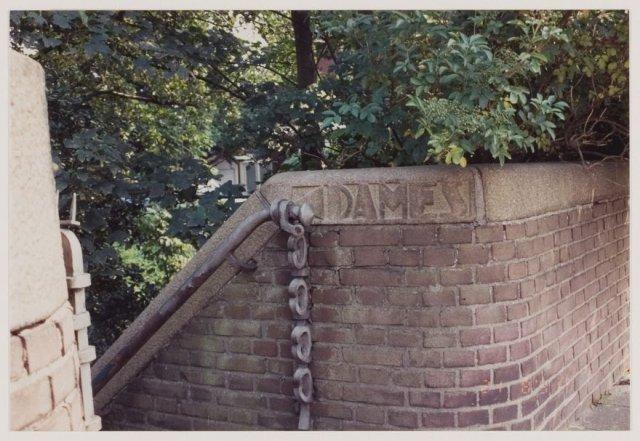 De Zandvaartbrug en andere omstreeks 1930 gebouwde bruggen werden voorzien van een damestoilet en aan de andere zijde een herentoilet.